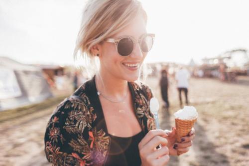 Artlake Festival Frau mit Bio-Eis