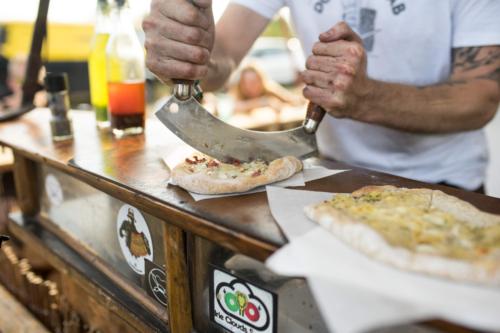 frisches Dinnele wird auf dem Artlake Festival geschnitten