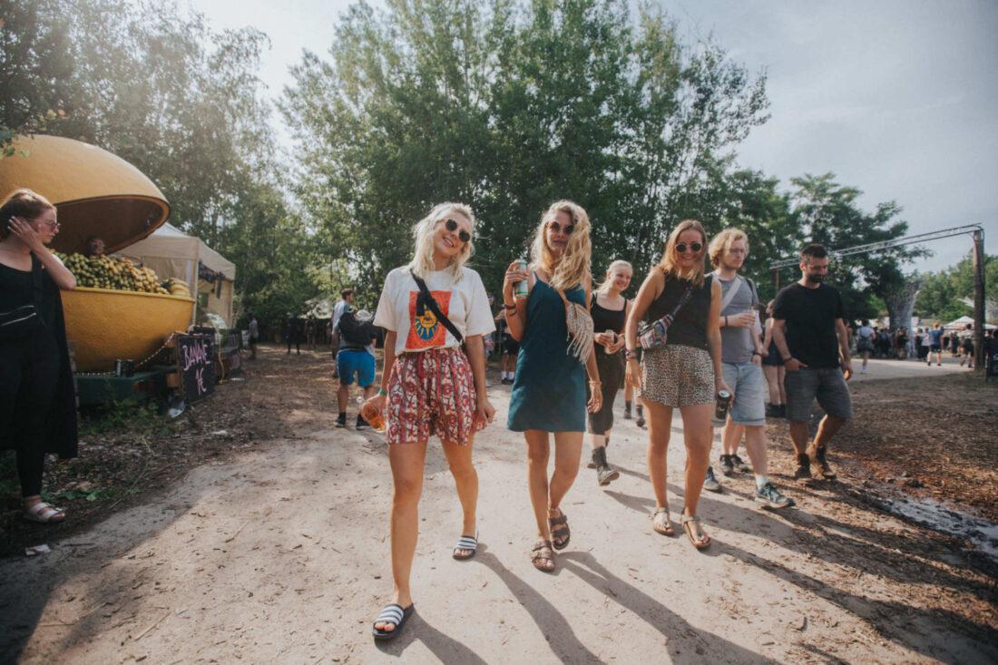 glückliches Publikum auf dem Food Court des Feel Festivals